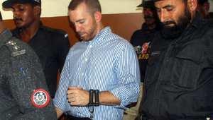 عميل الـ FBI لدى خروجه من المحكمة مقيدا بصحبة الشرطة في كراتشي