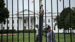 اعتقال أمريكي قفز فوق سور البيت الأبيض وألحق إصابات بكلبين بوليسيين
