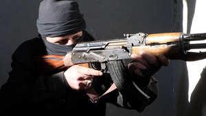 أحد المقاتلين يحمل بندقيته في حلب بسوريا