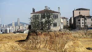 تركي رفض التخلي لشركة عقارات فحولت منزله إلى جزيرة وسط الركام