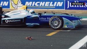 """شاهد.. سباق بين سيارة """"فورمولا إي"""" وطائرة بدون طيار"""
