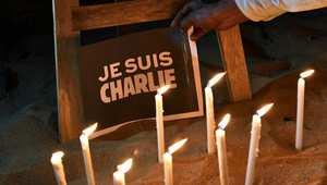 متضامنون مع ضحايا هجوم تشارلي إيبدو يشعلون الشموع على أرواحهم