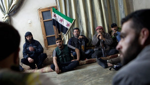 صورة أرشيفية لاجتماع عدد من عناصر الجيش السوري الحر