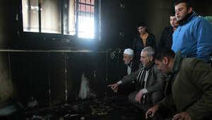 فلسطينيون يتفحصون آثار الحريق الذي أشعله عدد من المستوطنين في قرية الجبعة قرب بيت لحم.