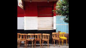 مجموعة من الكراسي الفارغة في أحد الشوارع المصرية.