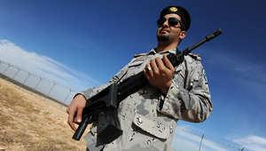 جندي سعودي يراقب منطقة حدودية مع العراق قرب عرار شمال السعودية.
