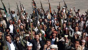 مجموعة من عناصر جماعة الحوثيين يشاركون في مظاهرة ضد الحكومة في صنعاء.