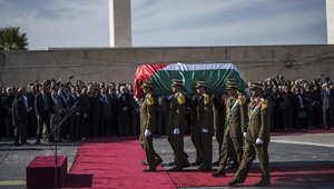 عناصر من قوات الحرس الخاص تحمل نعش الوزير الفلسطيني زياد أبو عين.
