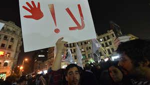"""شاب مصري يحمل لافتة كتبت عليها كلمة """"لا"""""""
