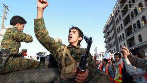 مسلح من جماعة الحوثيين يهتف ضد الحكومة.