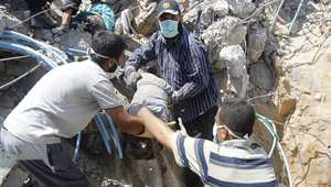 انتشال الجثث من منزل مدمر في غزة