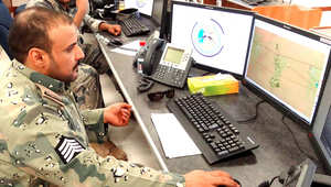 أحد عناصر قوات مراقبة الحدود السعودية في مركز حدودي على الحدود السعودية العراقية.