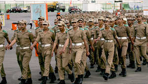 مجموعة من عناصر الجيش السعودي يشاركون في الاستعدادات لاستقبال الحجاج في موسم الحج بمكة.
