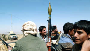 شاب يمني من أنصار الحوثي يحمل سلاحه في تجمع بصنعاء.