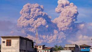 بركان سينابونغ ينفث الرماد في صورة التقطت له من جزيرة سومطرة الإندونيسية في 14 ديسمبر