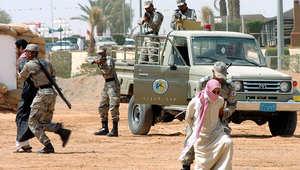 جنود سعوديون ينفذون عملية مداهمة تدريبية لمجموعة من الإرهابيين في الرياض.