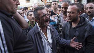 قريب أحد العمال المفقودين يبكي خلال مظاهرة ضد الحكومة