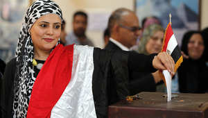 مصرية مقيمة في سلطنة عمان تدلي بصوتها في الانتخابات.