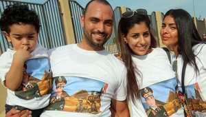 شباب مؤيدون للمشير السيسي يرتدون قمصانا تحمل صورته في الكويت.