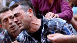 شاب يبكي أحد أقربائه خلال الاحتجاجات في تركيا