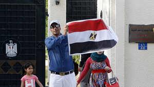 مصري يحمل علم بلاده خلال عمليات التصويت في سلطنة عمان.