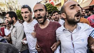 شباب أتراك يهتفون ضد الحكومة