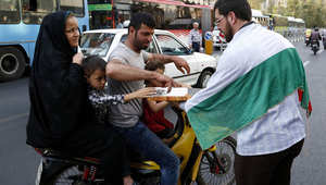 إيراني يوزع الحلويات في الشوارع بعد وقف إطلاق النار في غزة