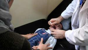 طفل يحصل على تطعيم لأحد الأمراض