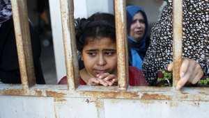 طفلة فلسطينية في غزة تتابع بحزن جنازة أحد أقربائها