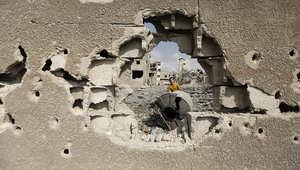 فلسطيني يتفقد آثار القصف الإسرائيلي في غزة