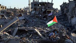 فلسطينيون يتفحصون آثار الدمار بعد هجمة إسرائيلية على قطاع غزة