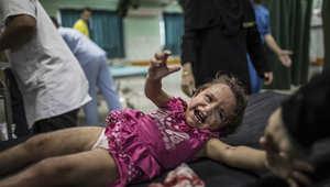 فتاة فلسطينية جريحة تبكي طالبة النجدة في مستشفى كمال عدوان ببيت لاهيا