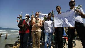 فلسطينيون قاموا بإلقاء الورد في البحر حدادا على أرواح المفقودين