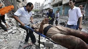 فلسطينيون ينقلون جريحا من حي الشجاعية في قطاع غزة بعد قصف إسرائيلي