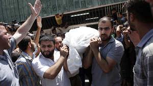 فلسطينيون يشيعون أحد قتلى الغارات الإسرائيلية على عزة
