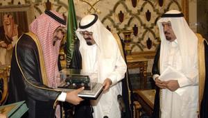 صورة من وكالة الأنباء السعودية للملك عبدالله يتسلم نموذجا مصغرا للسيارة عام 2010