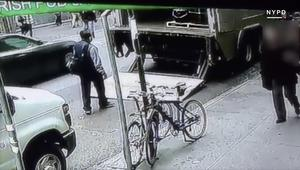 كاميرا مراقبة ترصد رجلا يسرق دلواً مليئاً بالذهب