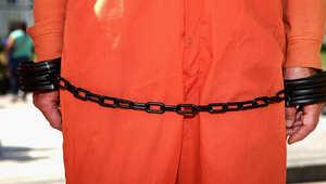 صورة التقطت لأحد النشطاء خلال مشاركته في مظاهرة احتجاجا على وسائل التعذيب في معتقل غوانتنامو