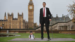 أطول رجل خلال لقائه أقصر رجل في العالم بحفل في لندن