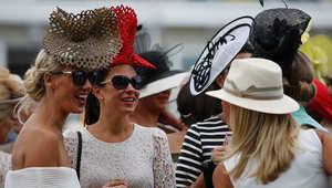 النساء يتزين بالألوان والحرير في مهرجان قطر غوودوود لسباق الخيل