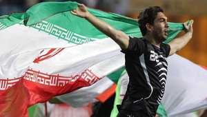 إيرانية ترفع لافتة في أستراليا تطالب فيها حارس مرمى منتخبها بالزواج منها