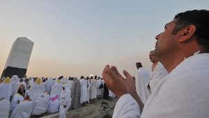 حاج يدعو فوق جبل عرفات خلال موسم الحج العام الماضي