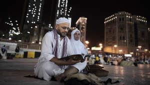حاج وزوجته يقرآن القرأن وسط المسجد الحرام في مكة