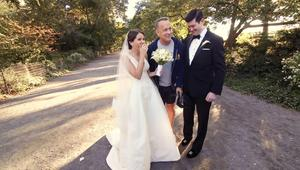 شاهد.. توم هانكس يفاجئ عروسين في يوم زفافهما