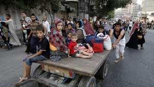 مجموعة من سكان غزة يلجؤون بعد تهدم منازلهم بسبب القصف الإسرائيلي