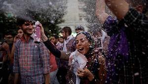 صورة أرضيفية لمجموعة من الإيرانيين الذين يحتفلون في شوارع طهران