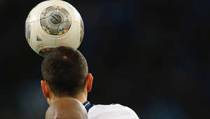 ضرب الكرة بالرأس.. هل يسبب مرضا لا يكتشف إلا بعد الموت؟