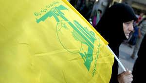 صورة أرشيفية للبنانية تحمل علم حزب الله خلال مظاهرة في بيروت