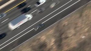 بالفيديو: سائق يجر شرطيا بسيارته ومطاردة تنتهي باحتراق سيارة