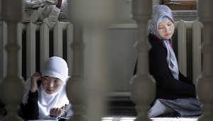فتاتان روسيتان تجلسن في باحة أحد المساجد بموسكو